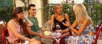 Alcuni studenti che assaporano le taps spagnole