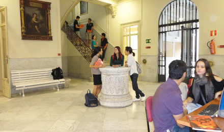 De open ruimte op de school in Sevilla
