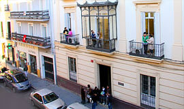 De ingang van de school in Sevilla