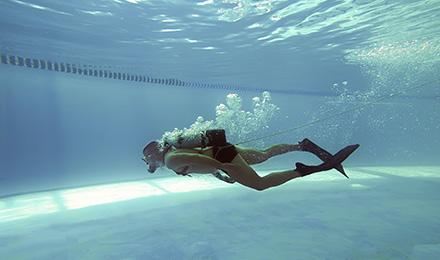 Duiken oefenen in het zwembad