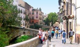Paseo de los Tristes die door Granada loopt