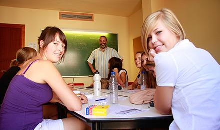 Concentratie tijdens een Spaanse les in Granada