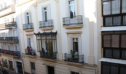 De ingang van de school in Sevilla