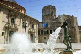 Het grote Plaza de la Virgen in de stad Valencia